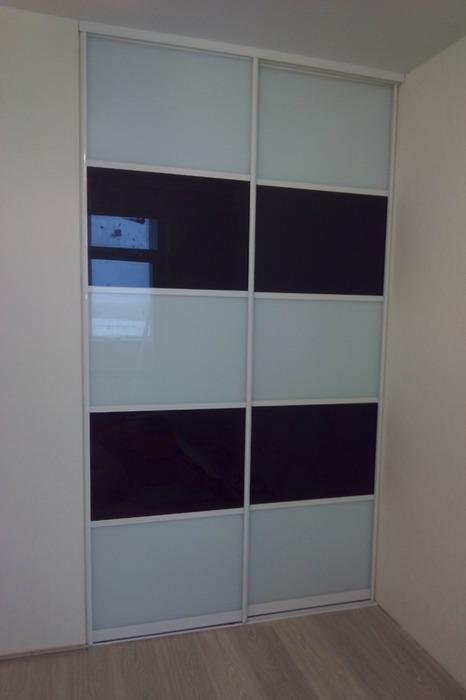 Встроенные шкафы-купе-Шкаф-купе из стекла с Oracal «Модель 63»-фото1